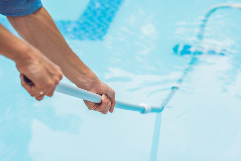¿Cada cuánto debo limpiar una piscina en verano?